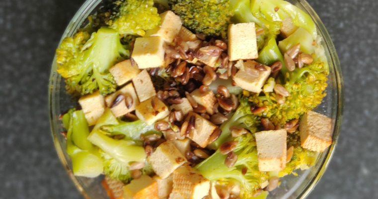 Sałatka z wędzonego tofu i brokułów