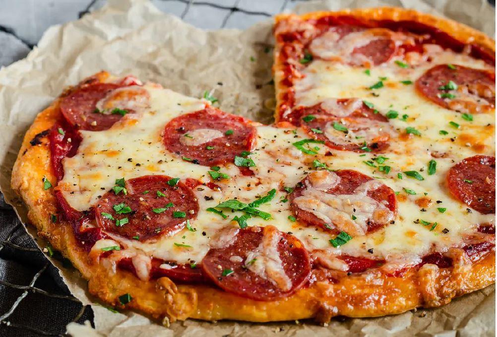 Keto Pizza z Pepperoni i Oliwkami