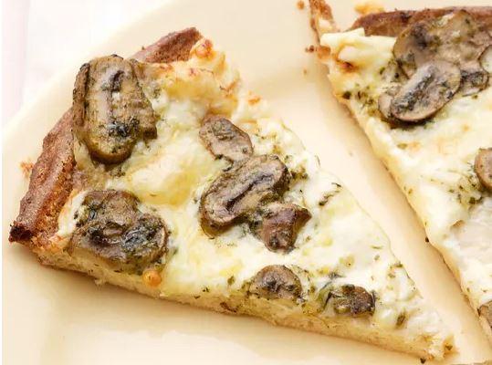 keto pizza z pieczarkami i pesto
